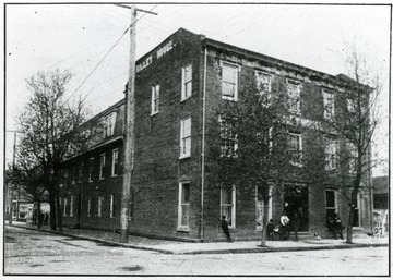 'Bailey House, 'Travelers Home', Mrs. L. S. Tunstill Proprietress. One block from depot.  In center of city.  Free sample rooms.  $1.50 per day to everybody.  Mrs. L. S. Tunstill, Proprietress.'