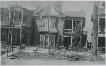 Looking at the building located on Temple St. Three unidentified children are pictured loitering by the entrance.